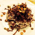 Arroz de cordeiro com crocante de carne seca e pistache.