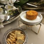 Camembert empanado com mel trufado
