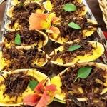 Barquetes recheadas com musseline de batata baroa e carne seca crocante