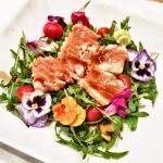 Salada verde com salmão selado